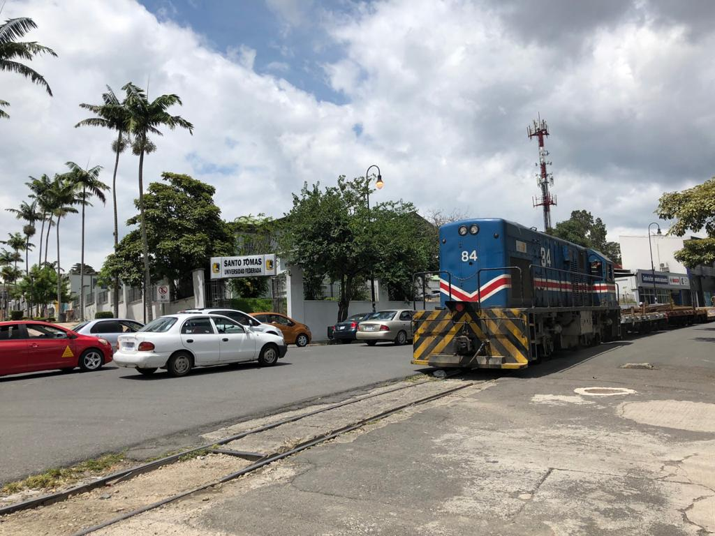 Diese machine trailere train in a San Jose any given sunday.  Photo by Héctor Vides for Social Media Costa Rica.