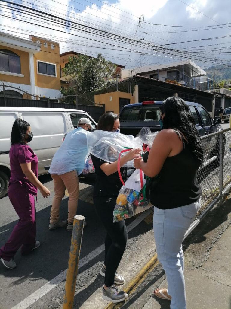 La Dra Garita entrega ayudas del programa Dar es Dar, al fondo la Doctora Valenciano